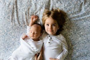「大丈夫」と赤ちゃんに言っているお姉ちゃん