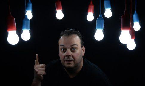 電球の色をどれにするか迷っている男性