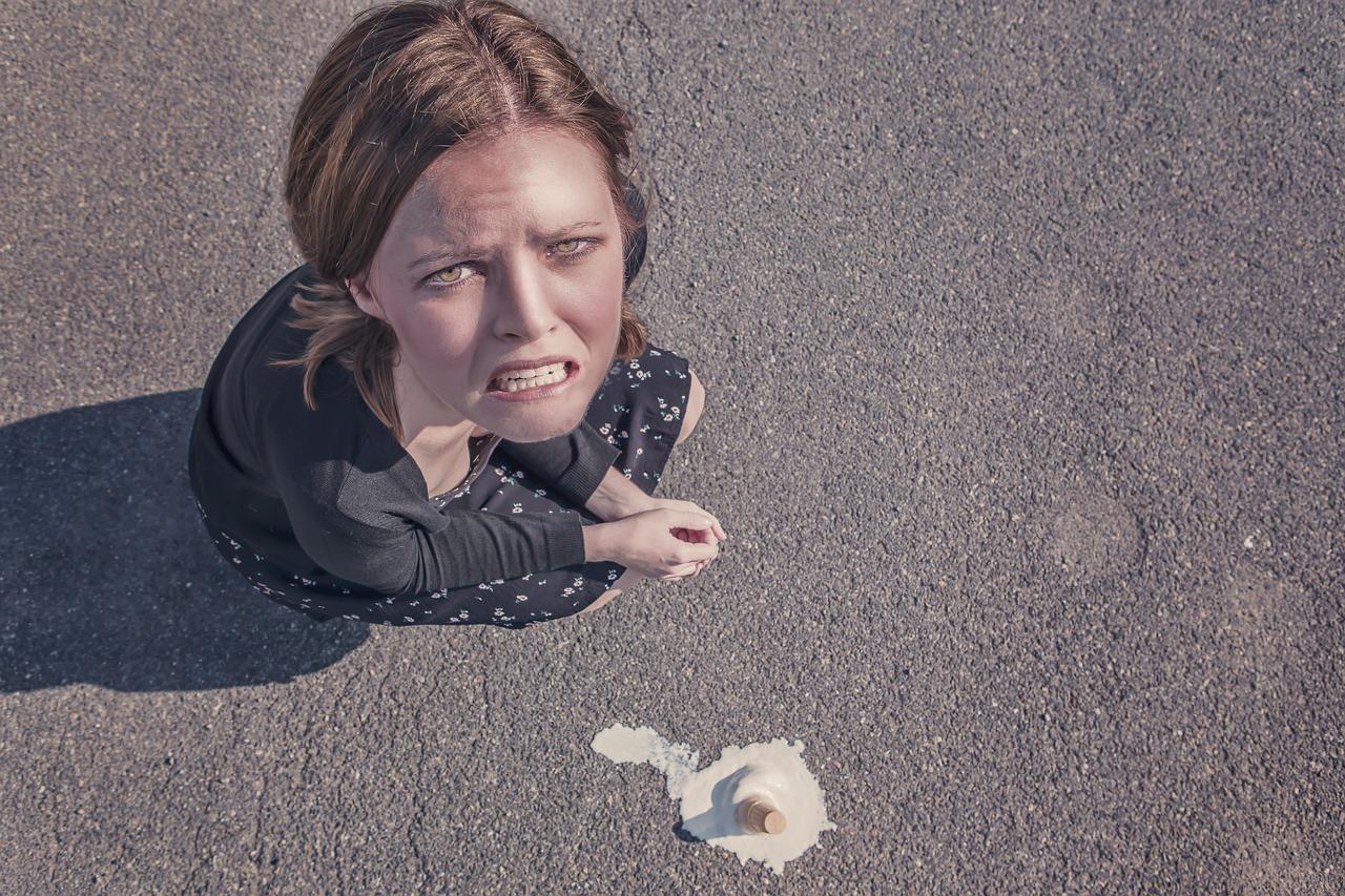 消費期限がすぎて食べ物を捨ててしまった女の子
