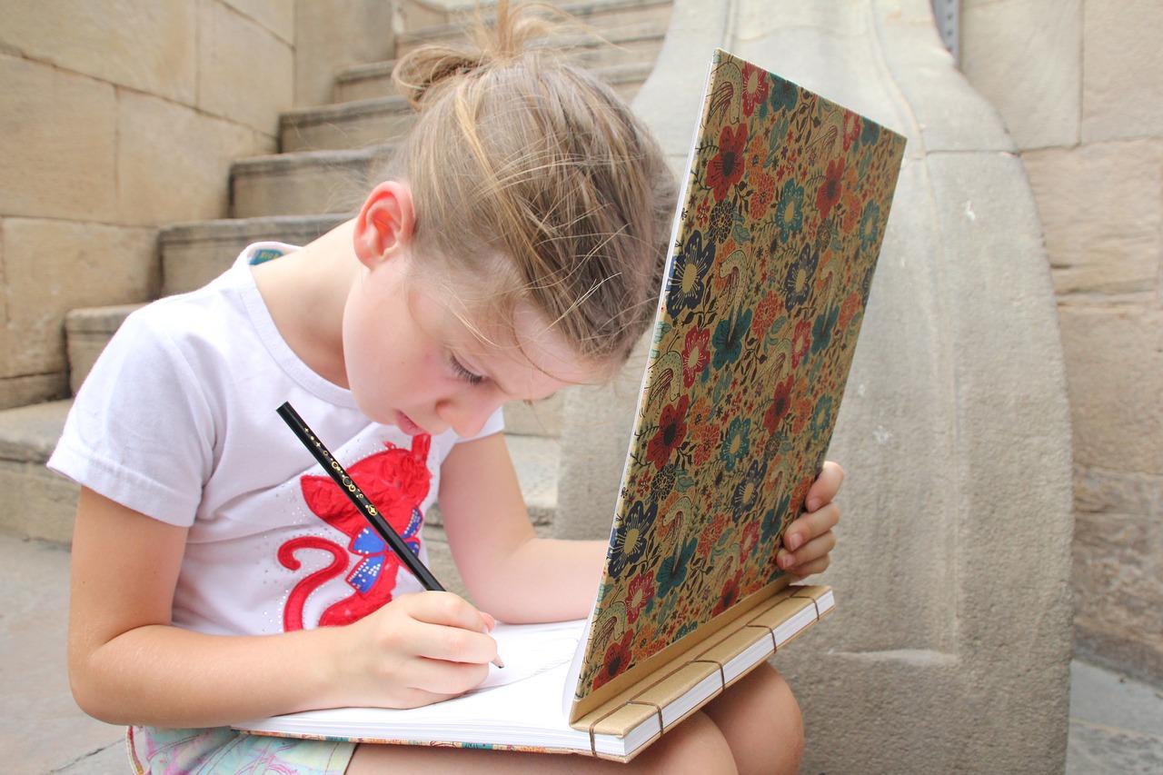 鉛筆で絵を書いている少女