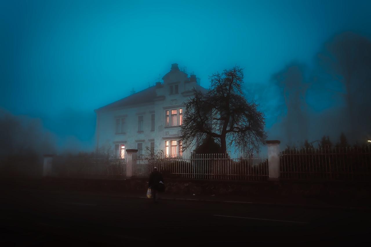 霧の中の家