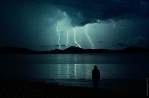 落雷を恐れる人影