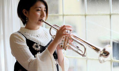 トランペットを吹く女性